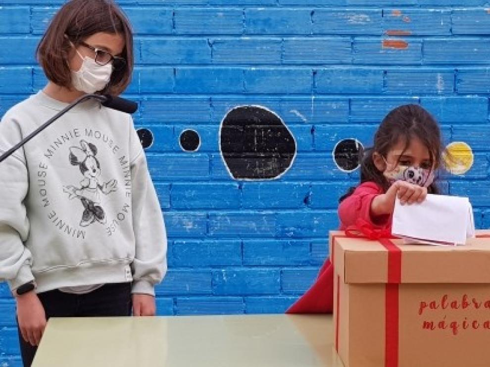 La Caja de las Palabras Mágicas llega al primer colegio de Aragón para que los niños trasladen a las residencias de mayores mensajes de cariño y apoyo esta Navidad