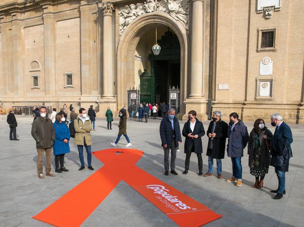 El PP despliega un enorme lazo contra la 'Ley Celaá' en la plaza del Pilar de Zaragoza