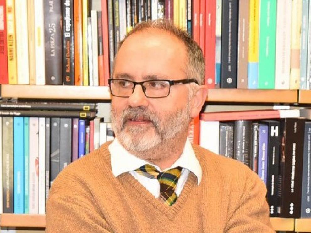El escritor Carlos Grassa Toro imparte una conferencia dramática en la DPH en el marco de la exposición 'Arte Ingenuo'