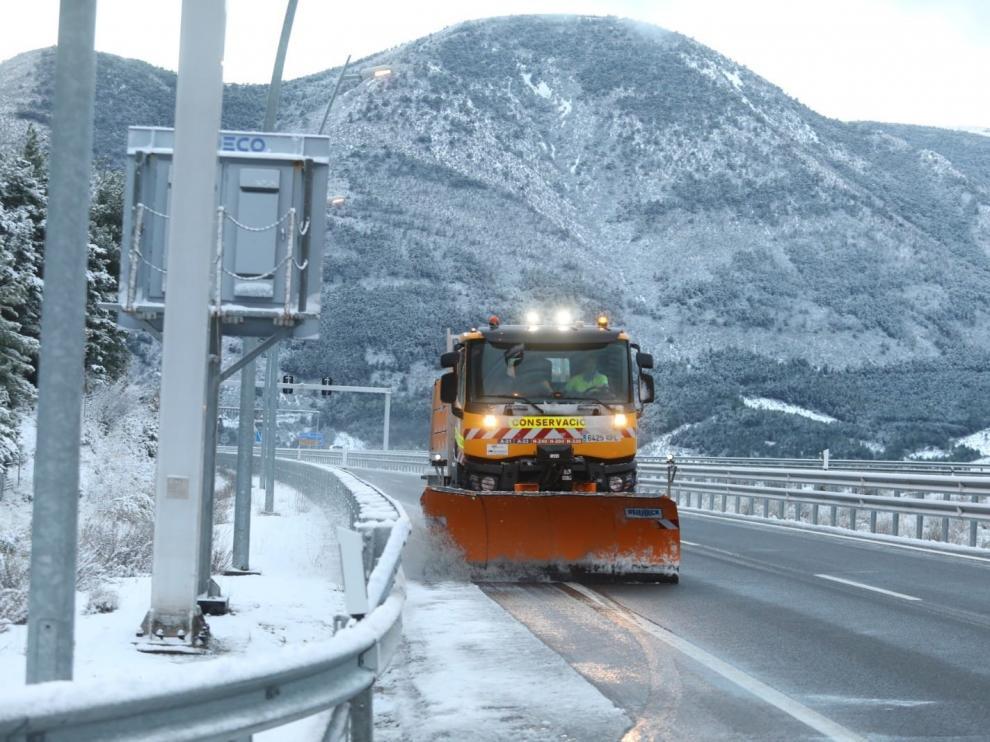 La nieve irrumpe en el Pirineo y obliga a usar cadenas en varias carreteras