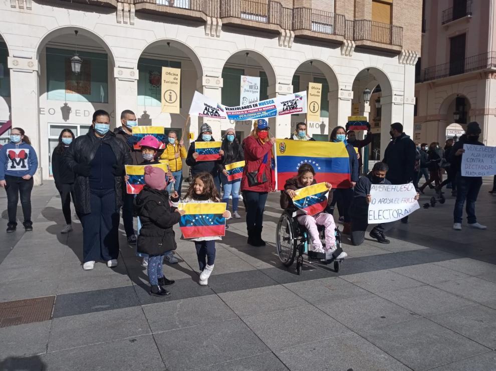Un grupo de venezolanos de Huesca se manifiesta contra Maduro y unas elecciones que consideran fraudulentas