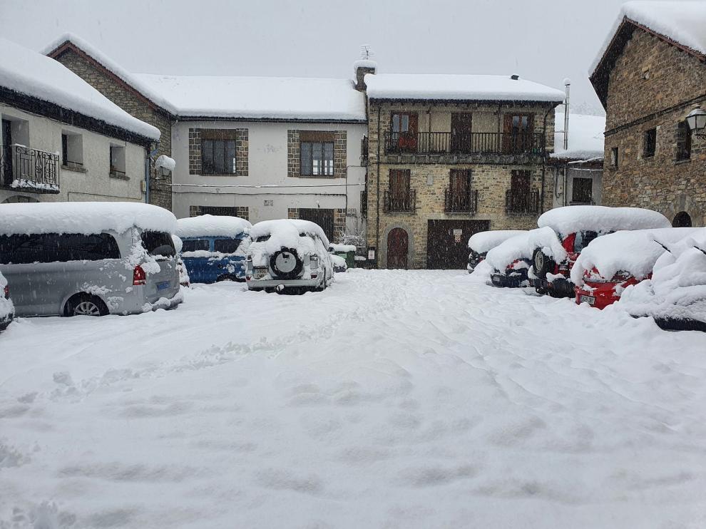 La nieve deja sin suministro eléctrico a Aragüés del Puerto y Caldearenas