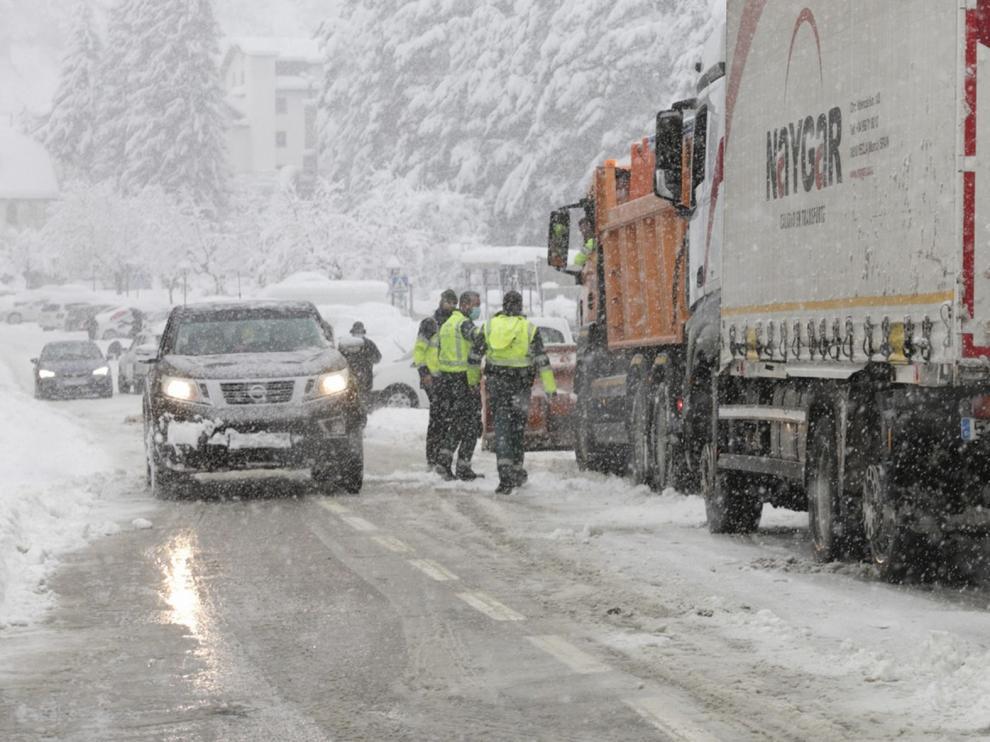 La nieve corta el Canfranero y causa problemas en las carreteras de la provincia de Huesca