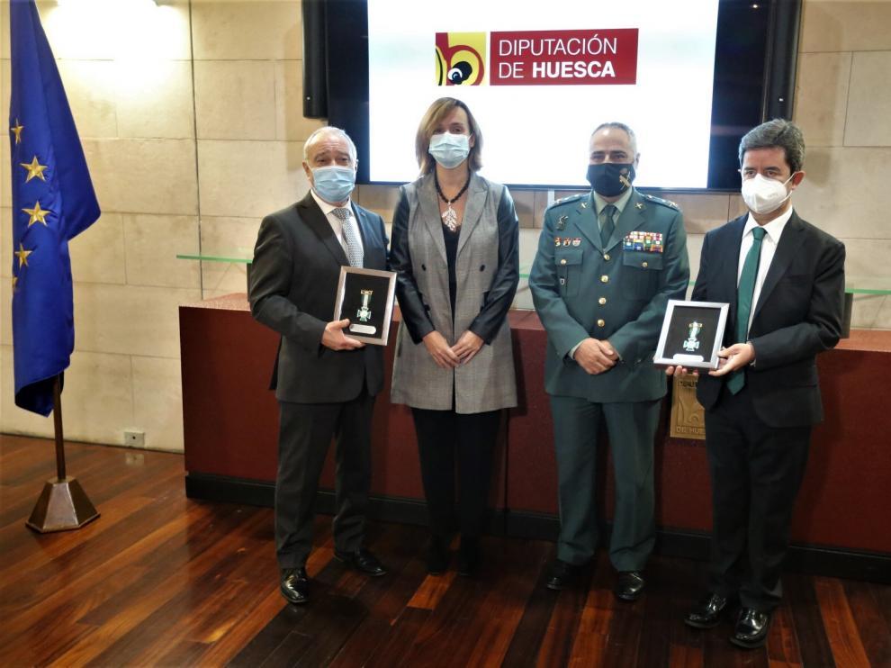 La Guardia Civil impone la Cruz del Mérito a la Diputación de Huesca y al Ayuntamiento oscense