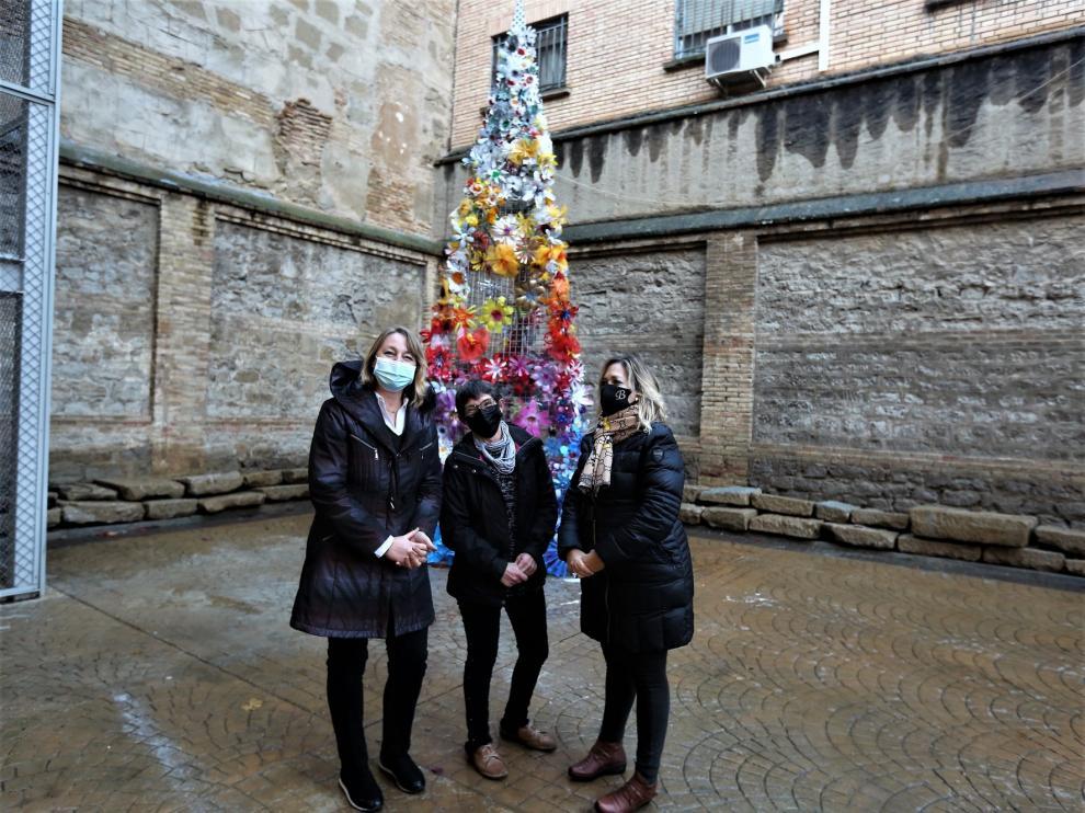 Un colorido árbol rinde homenaje en Huesca a las víctimas de la covid