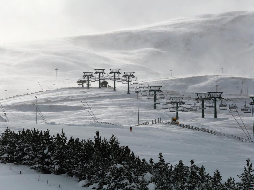 """CCOO pide una ayuda económica de """"emergencia"""" para el sector de la nieve en Aragón"""
