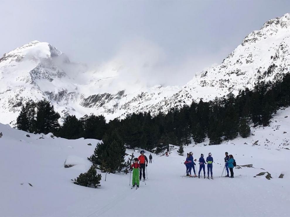 Gran animación en Llanos del Hospital que este domingo abrió 10 kilómetros esquiables