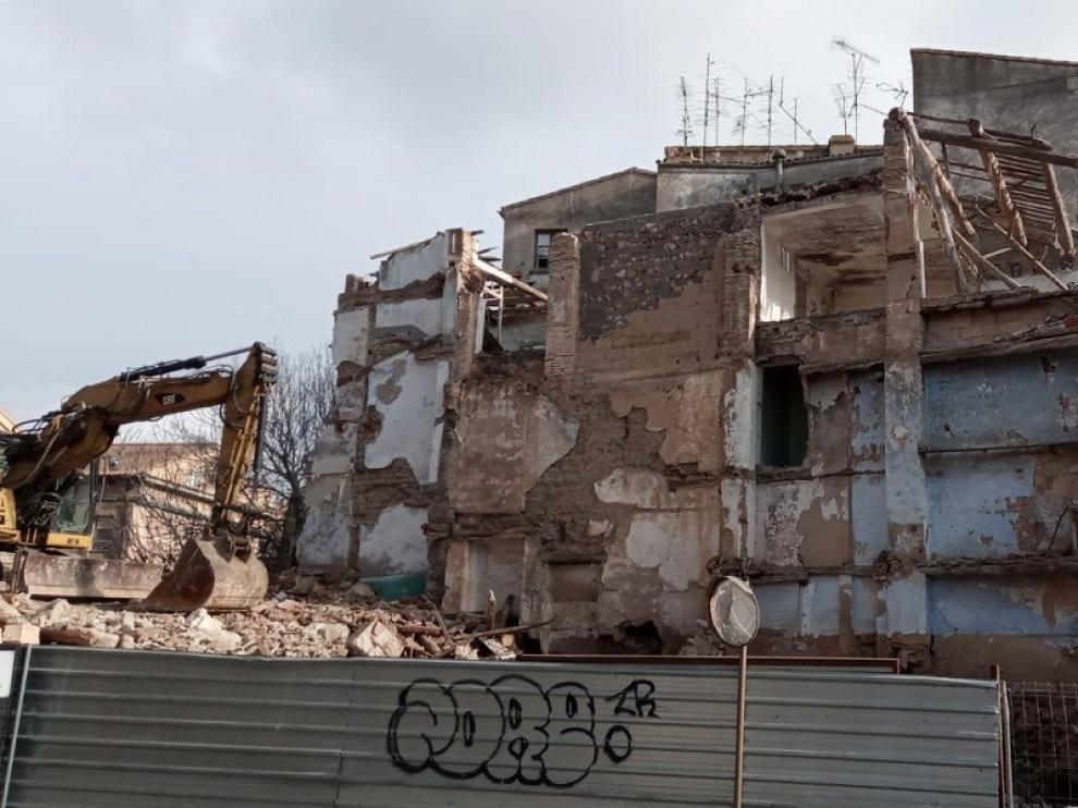 Comienza la demolición de un edificio de la calle Las Fuentes de Barbastro