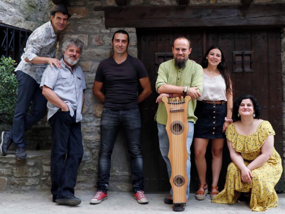 El grupo de folk Mosicaires impulsa cuatro proyectos educativos para divulgar la tradición, la lengua y la naturaleza