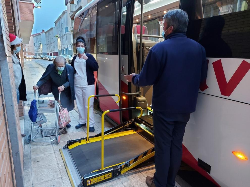 Usuarios de la Residencia Valle Altos recorren Sabiñánigo en autobús