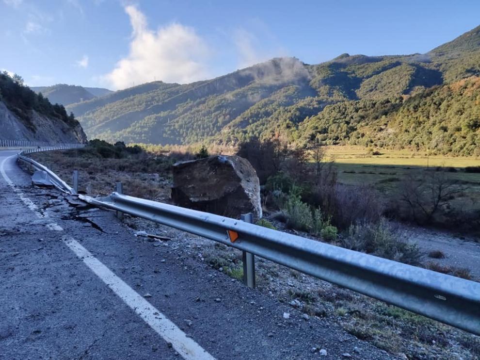 Un desprendimiento de roca corta durante más de dos horas la N-260 entre Boltaña y Fiscal
