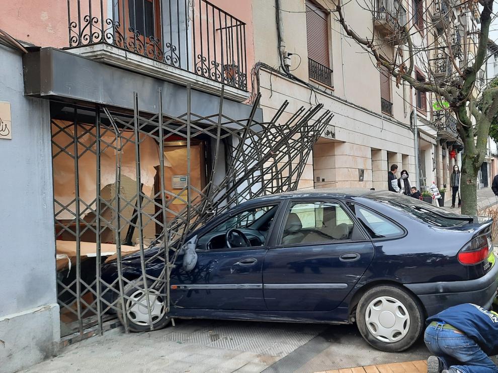 Un turismo se empotra contra un escaparate en Graus por un fallo mecánico