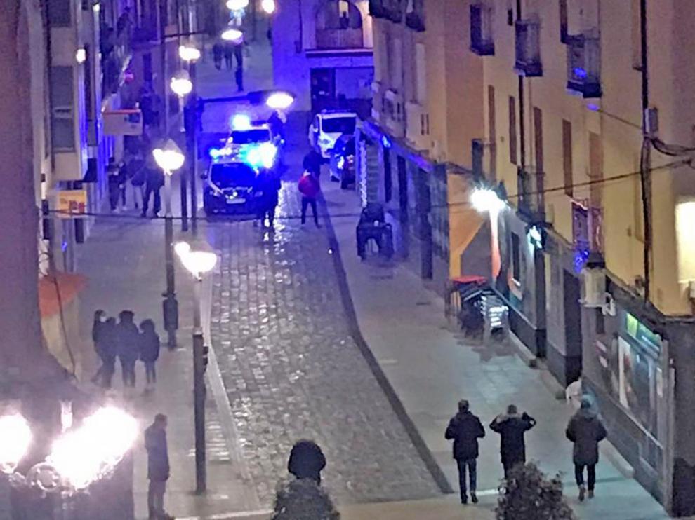 Detenida una mujer de 29 años en Huesca por apuñalar a su expareja en un bar de la calle Argensolas