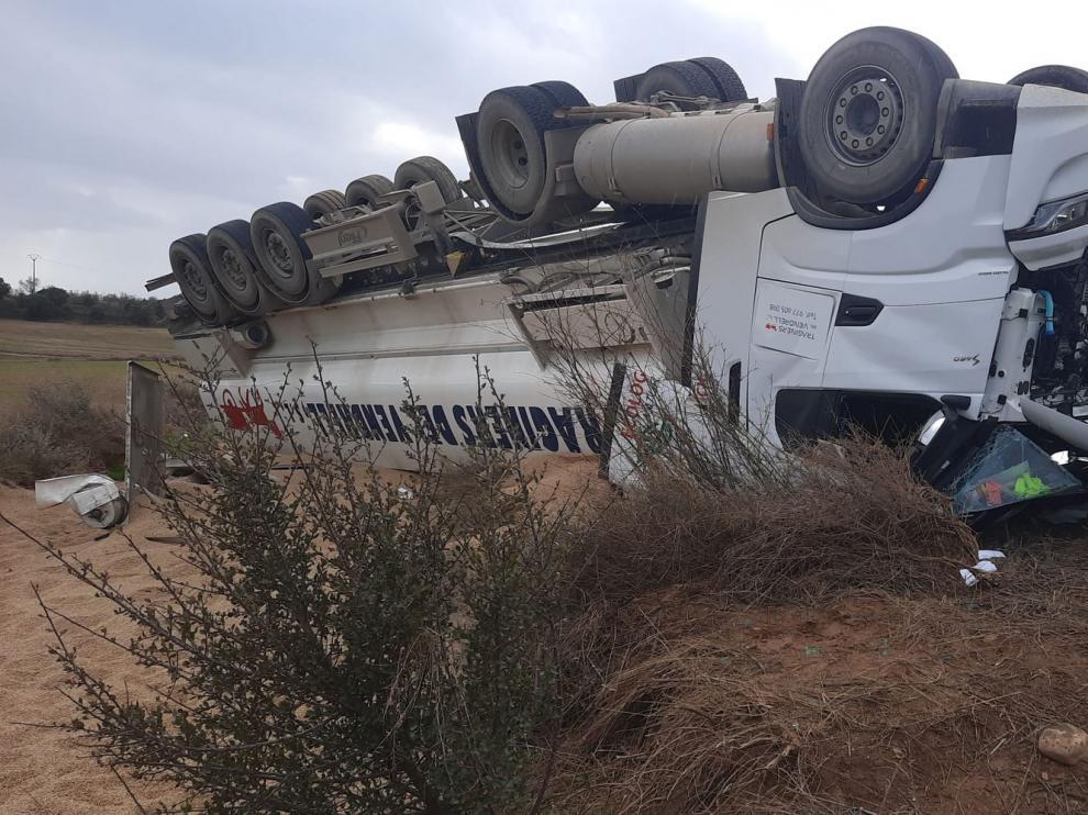 Tercer accidente de un camión en tres meses en la A-1223 en las cercanías de Peralta de Alcofea