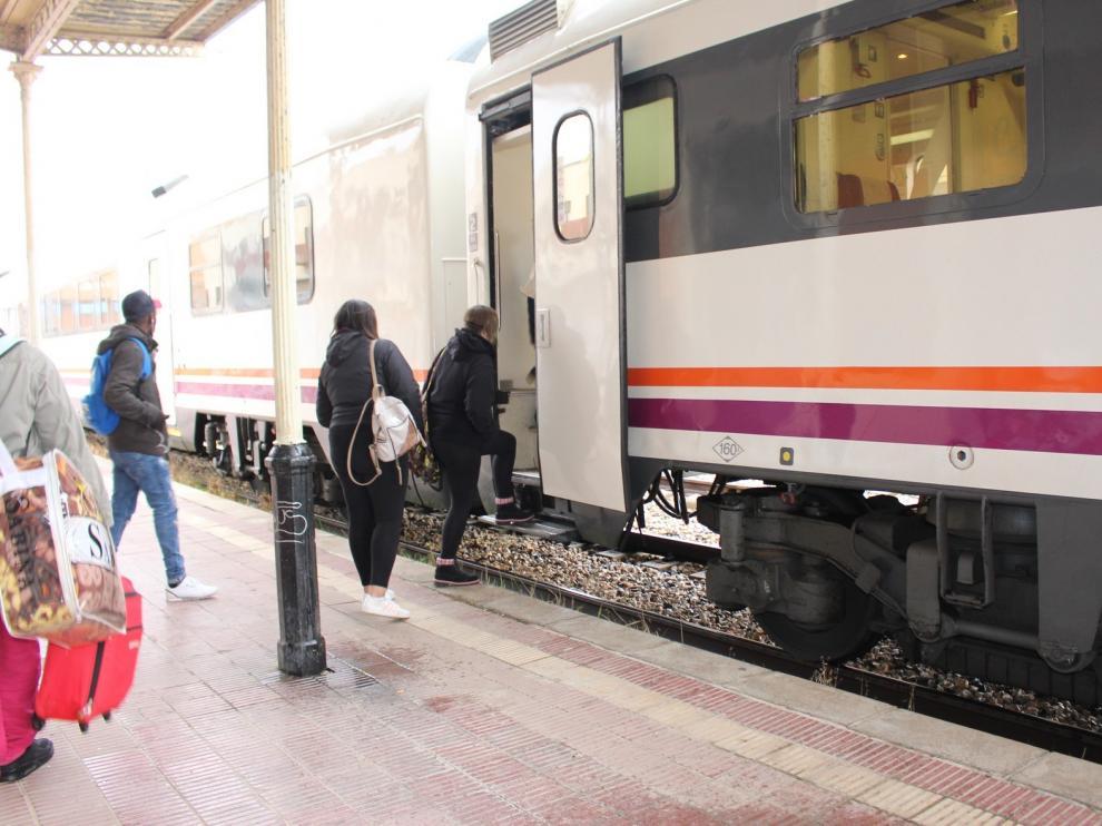 """El Gobierno informa a CHA de las opciones """"suficientes"""" que tienen los usuarios de la estación de Binéfar"""