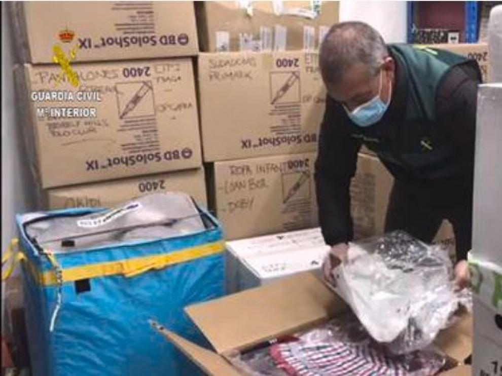 La Guardia Civil entrega a Cáritas de Barbastro-Monzón numerosos efectos recuperados en una operación