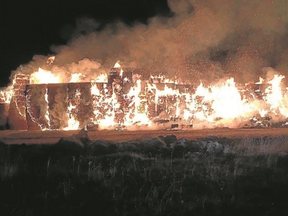 Un incendio destruye unas pacas almacenadas a las afueras de la ciudad