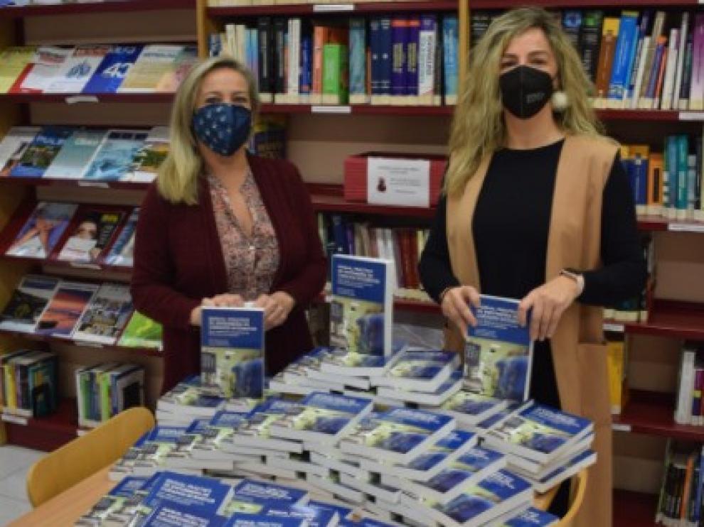 Los enfermeros compran libros para ayudar a los comerciantes de Huesca