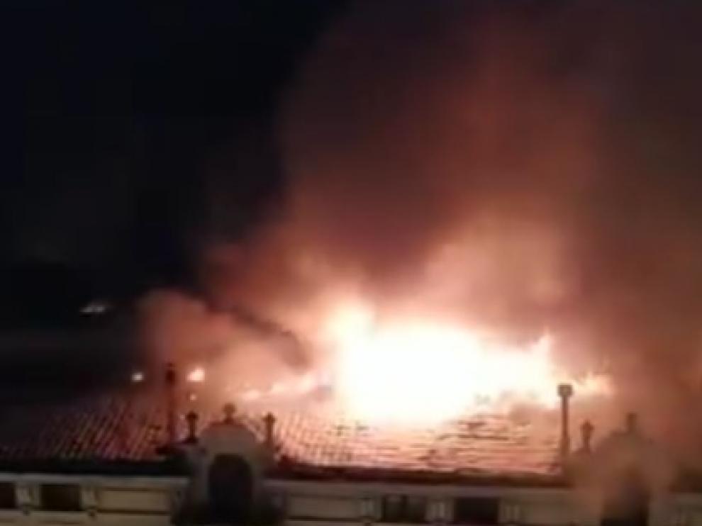 Jaca se estremece ante el incendio de la emblemática Casa La Rubia