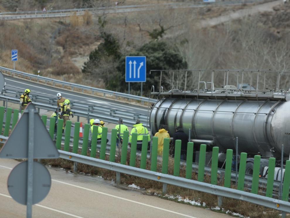 El accidente de un camión que transportaba mercancías peligrosas obliga a cortar la autovía en Nueno