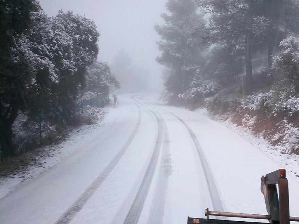 Nevadas históricas obligan a cortar carreteras y a suspender trenes y vuelos