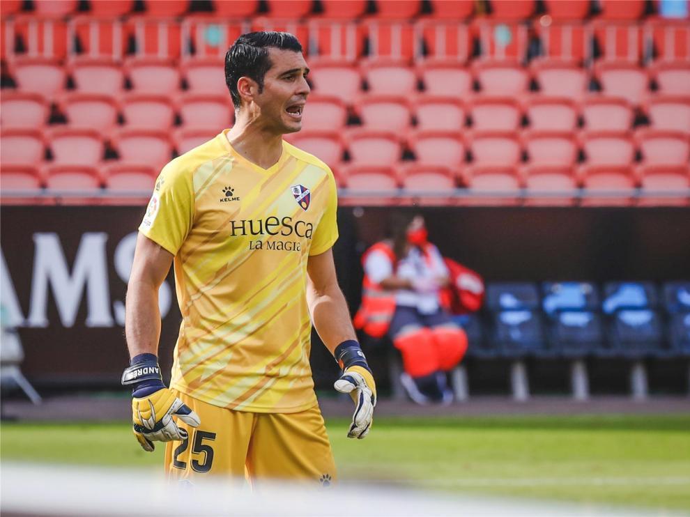 El Huesca anuncia el positivo en covid-19 de Andrés Fernández