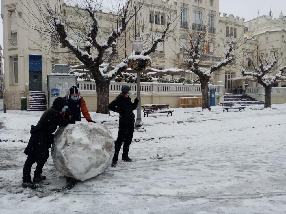 Los fisioterapeutas advierten del riesgo de jugar con la nieve en la ciudad