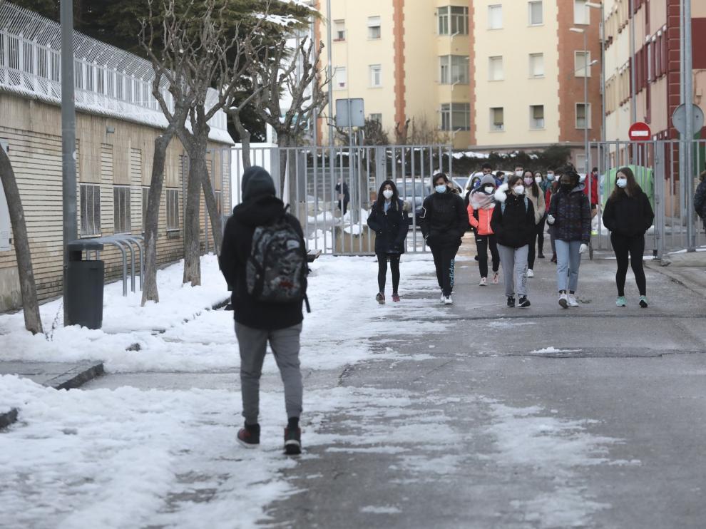 Vuelta a clase en la provincia de Huesca entre nieve, hielo y sin salir al patio de recreo