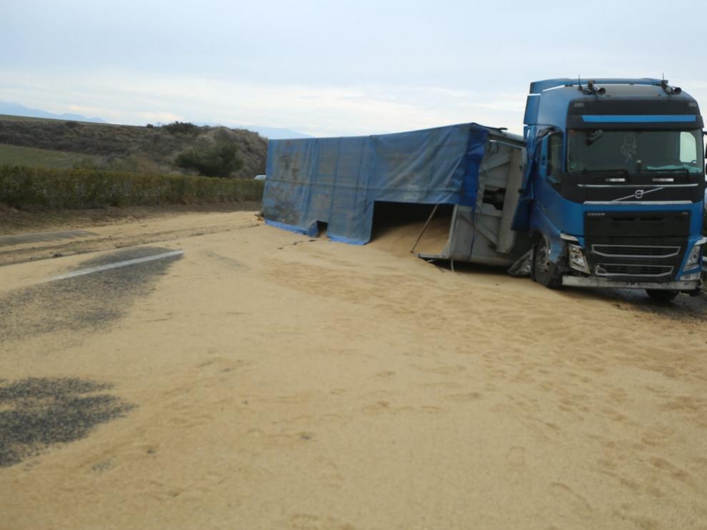 La autovía A-23 permanece cortada en dirección Huesca tras accidentarse un camión