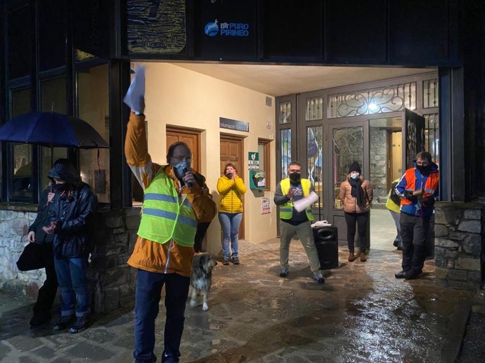 Alrededor de 200 personas responden en Castejón de Sos a la llamada de SOS Pirineo