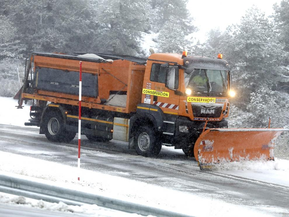 Casi 200 máquinas quitanieve y 30.920 toneladas de fundentes para hacer frente a las nevadas previstas en Aragón