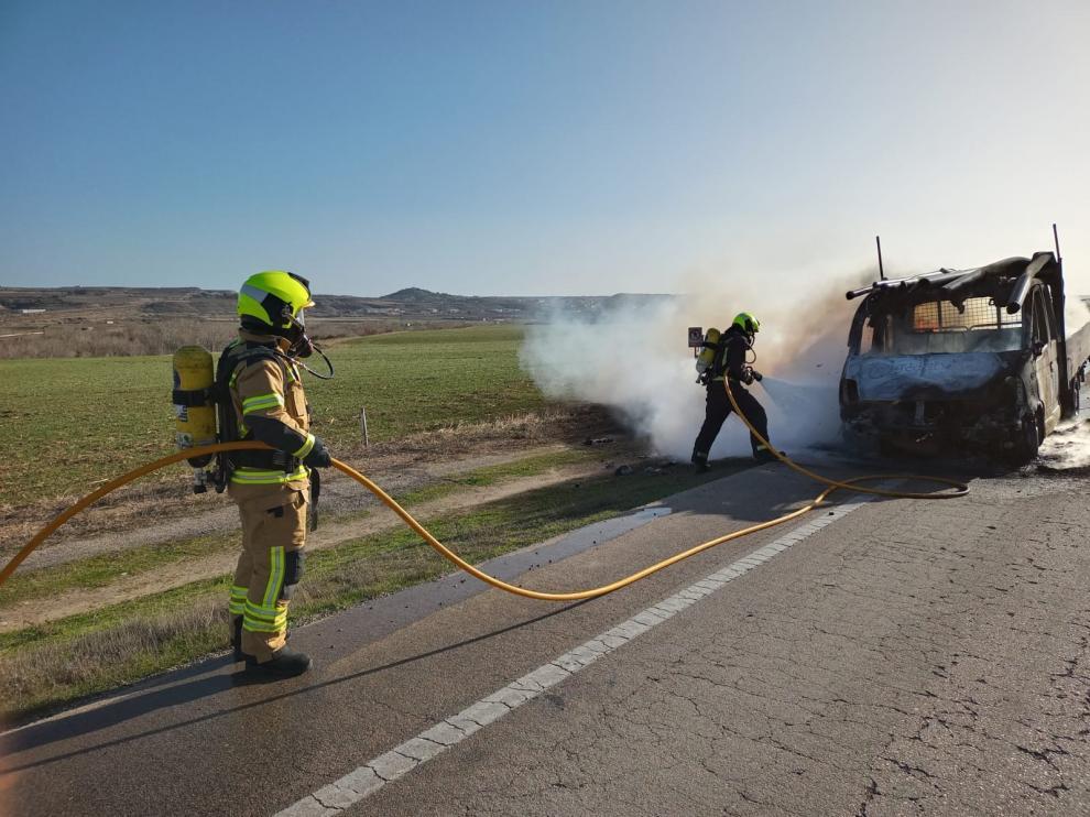 Arde un camión que transportaba tuberías de PVC cuando circulaba por la A-131