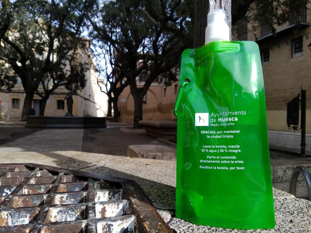 El Ayuntamiento de Huesca iniciará el reparto de botellas para los orines de las mascotas este lunes