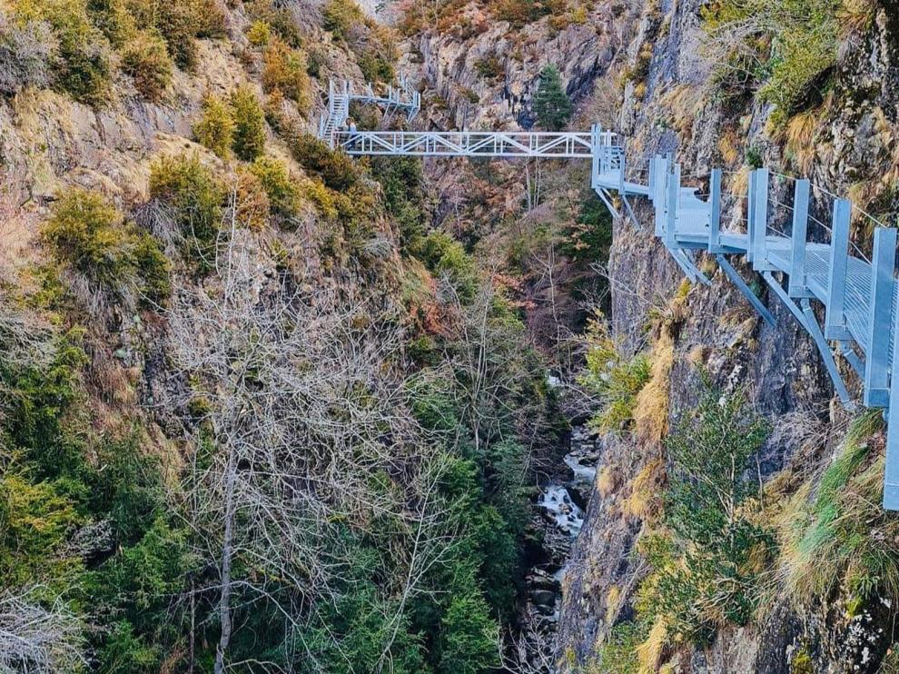 Panticosa amplía su oferta turística con unas pasarelas sobre el río Caldarés