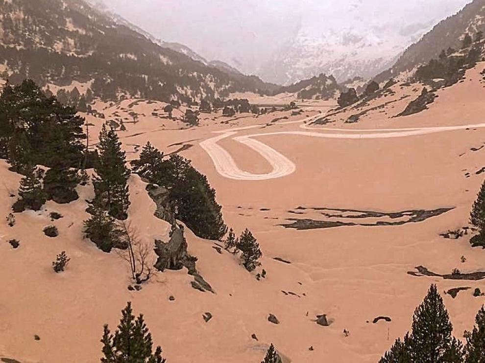 Diferentes lugares de la provincia de Huesca amanecen teñidos de marrón debido a un aire sahariano