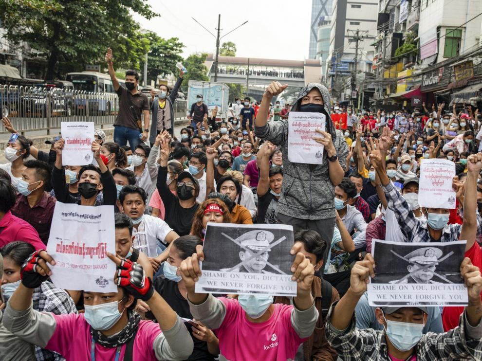 La junta militar bloquea internet en Birmania para frenar las protestas