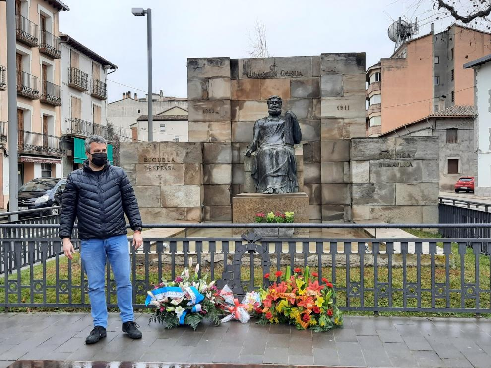 Graus recuerda a Costa con un sencillo acto ante su monumento