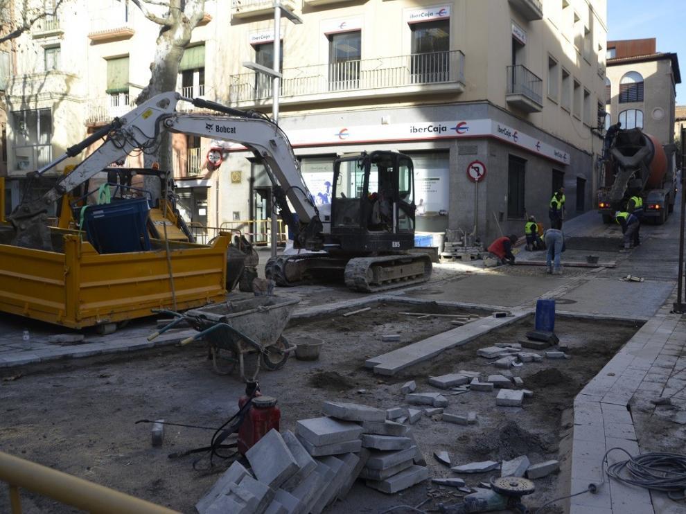 Comienzan las obras en el cruce entre el Coso y la calle Cerbuna de Barbastro para adecuarla al tráfico rodado
