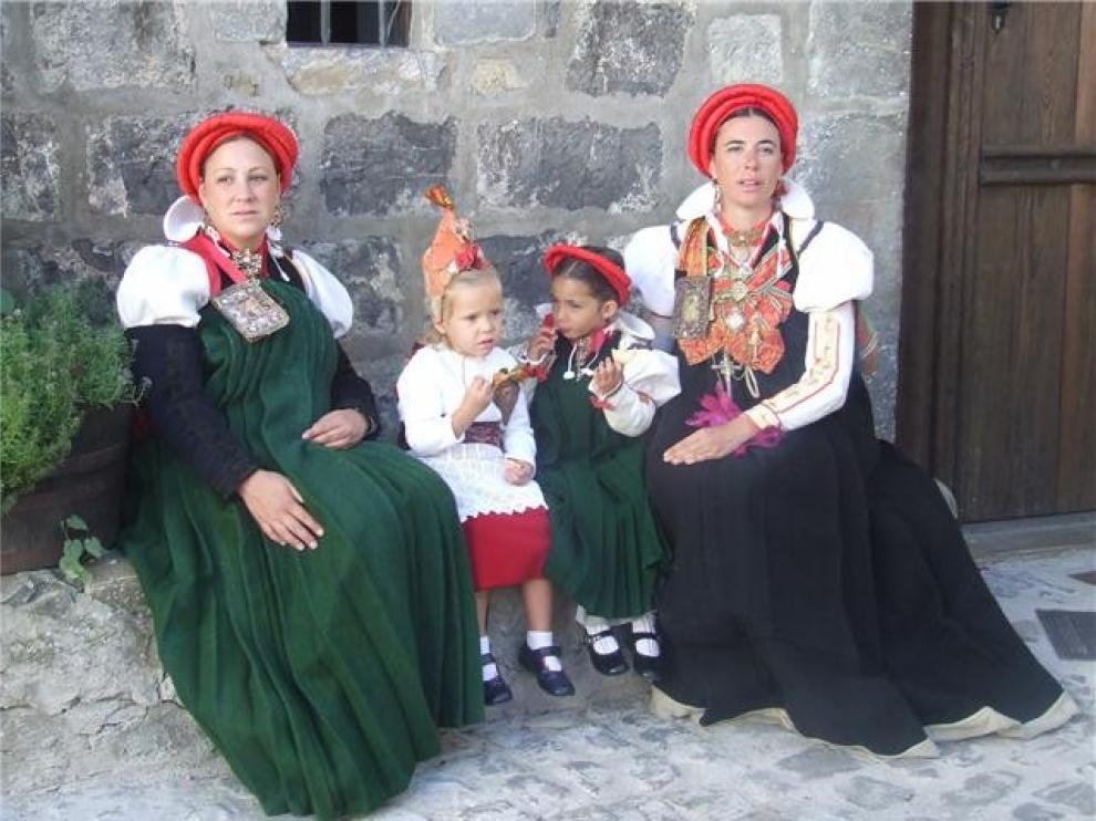El traje tradicional ansotano inspirará a jóvenes diseñadores gracias a un proyecto europeo de innovación