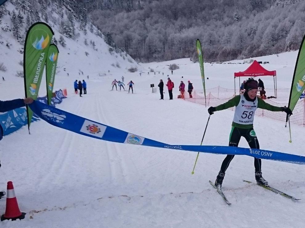 Un centenar de deportistas se juegan el título nacional de Triatlón en Ansó