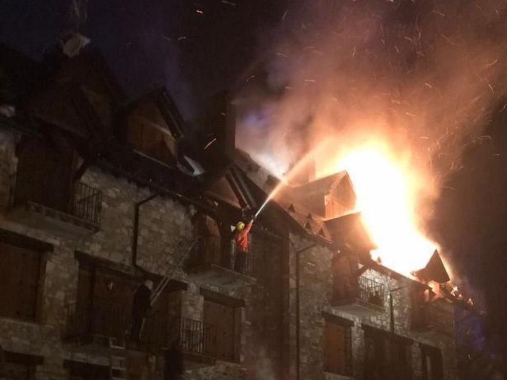 Un incendio afecta a varias viviendas de la zona de Sarrato en Sallent de Gállego
