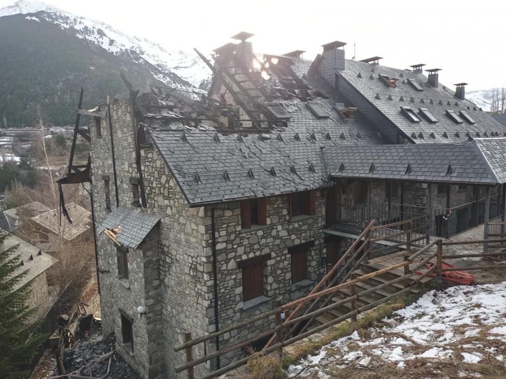 El fuego arrasa dos apartamentos en un complicado incendio en Sallent de Gállego a causa del viento