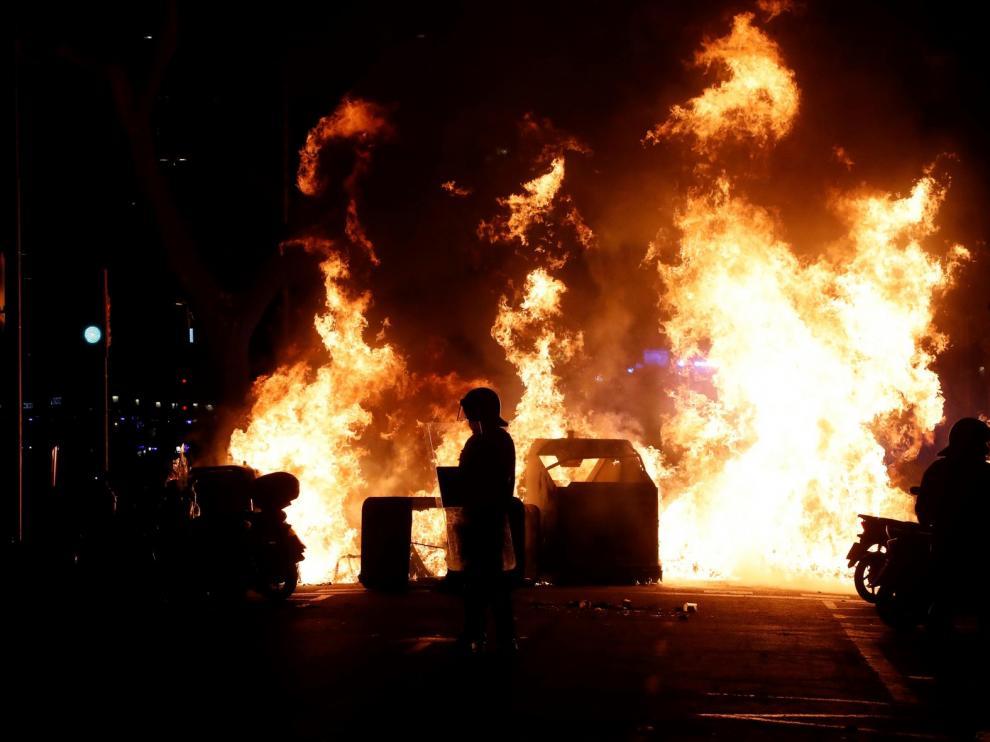 Disturbios con 15 detenidos y 17 mossos heridos en protestas de apoyo a Hasel
