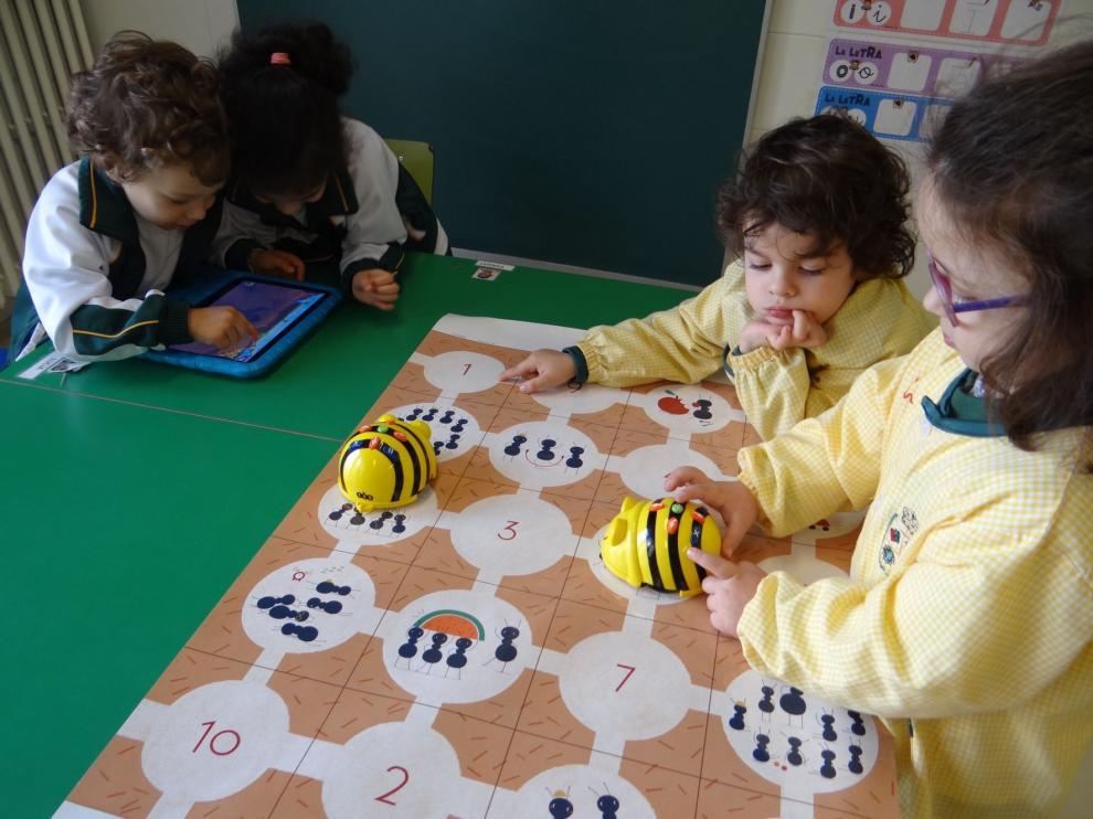Los alumnos de infantil del Virgen del Romeral de Binéfar aprenden a programar en el aula