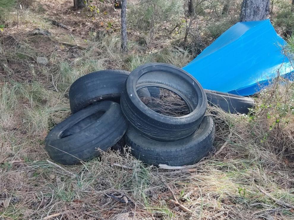 Neumáticos abandonados