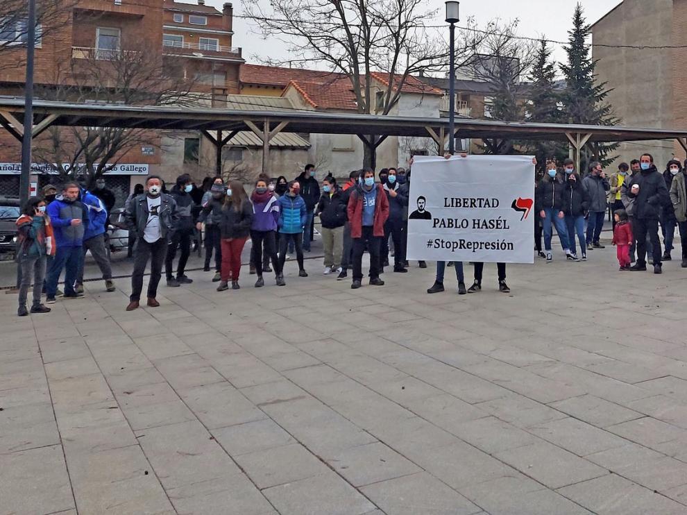 Unas cien personas se concentran en Sabiñánigo en apoyo a Pablo Hasél