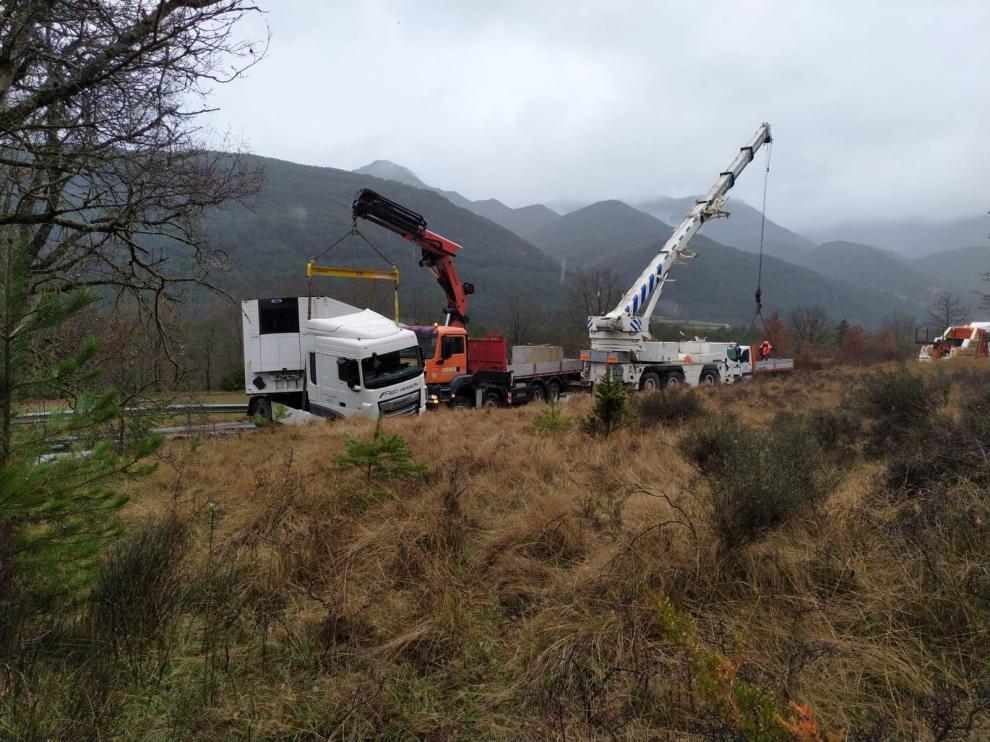El accidente de una camión corta durante más de seis horas la N-260 entre Fiscal y Boltaña