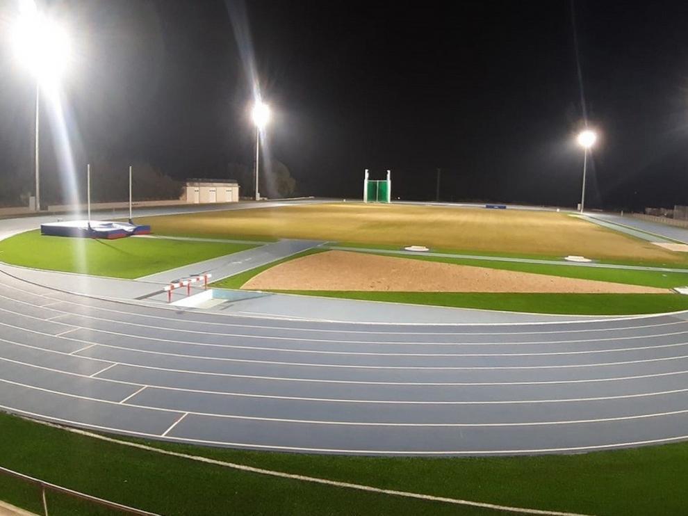 Las nuevas pistas de atletismo de Barbastro ya tienen su iluminación
