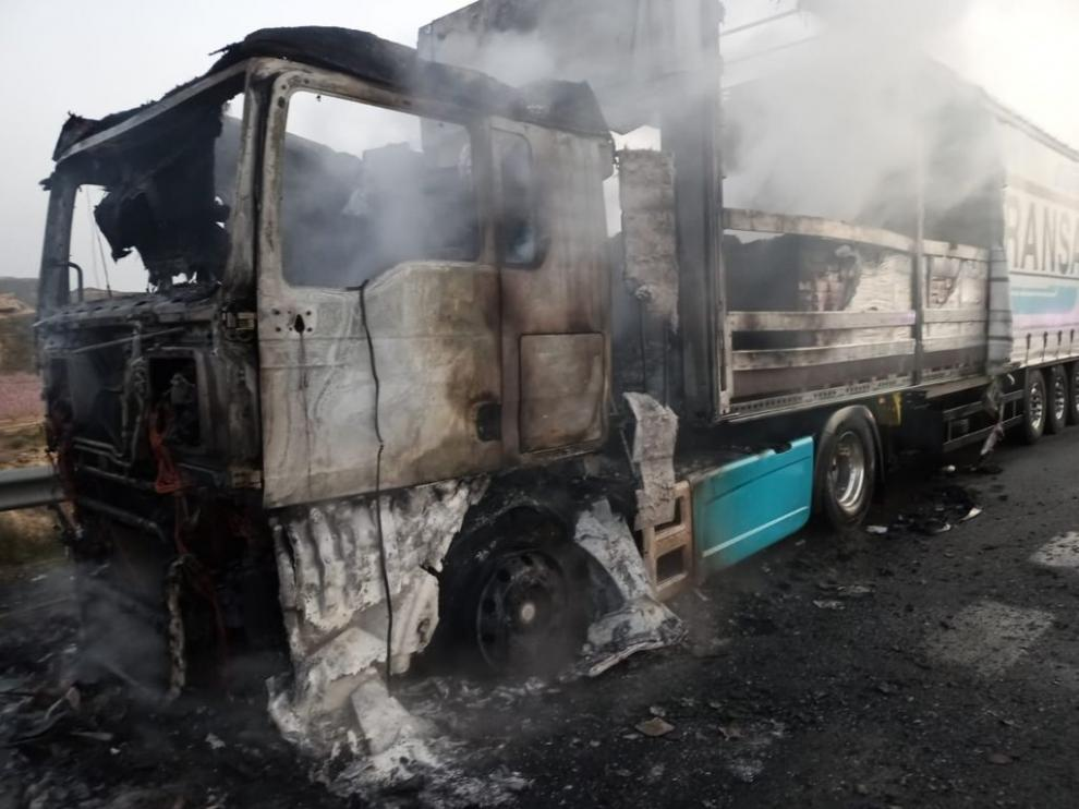 El incendio de un camión corta la A-2 a la altura de Fraga en dirección a Lérida