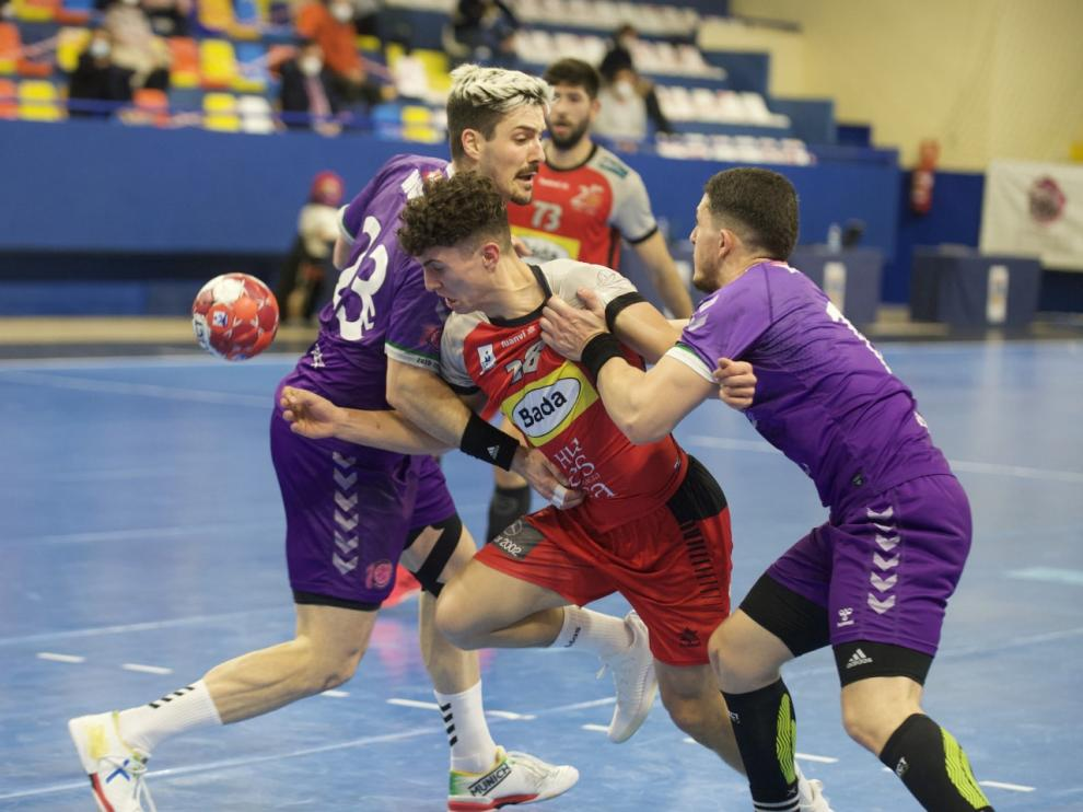 Sergio Pérez trata de superar la defensa del Quabit Guadalajara